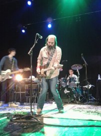 Steve Earle on top form at le Trianon, Paris (Picture: copyright Jacqueline Jones 2013)