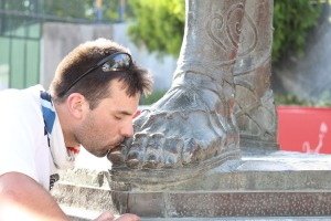 James Adams kissing the feet of Leonidas at the end of the 2012 Spartathlon (Photo: runningandstuff.com)